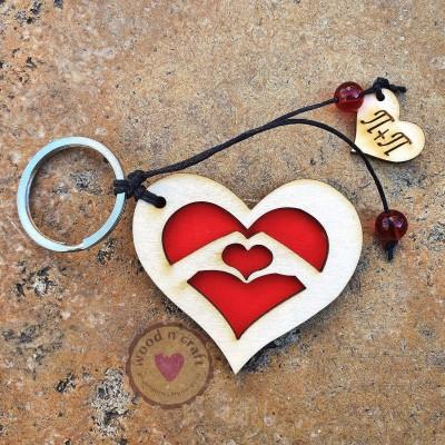Ξύλινο Μπρελόκ - Διπλή Καρδιά με Αρχικά